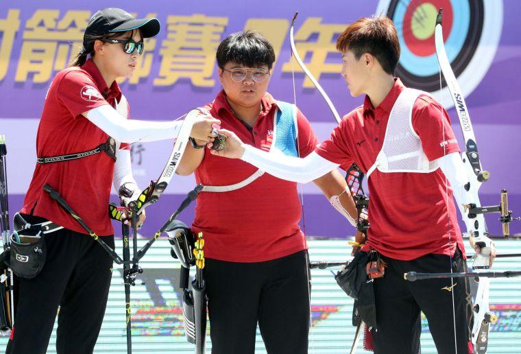 新北凱撒女團互相打氣。中華企業射箭聯盟/提供