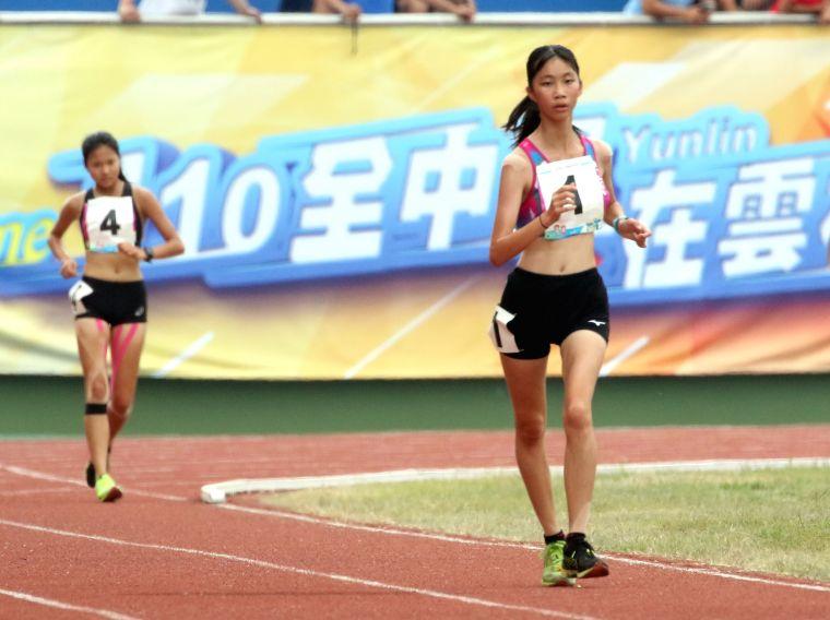 國女組5000公尺競走冠軍吳悦慈(前)。林嘉欣/攝影。