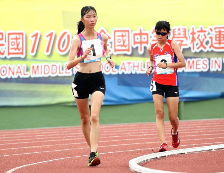 國女組5000公尺競走冠軍吳悦慈(左)。林嘉欣/攝影。