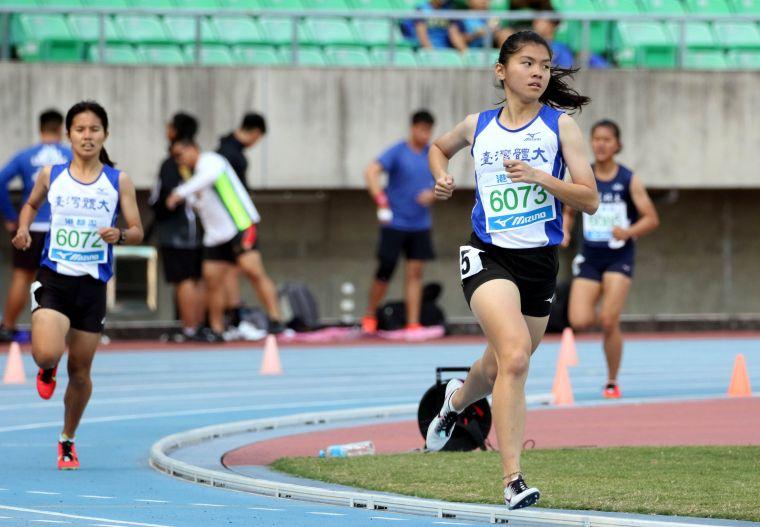 臺灣體大鄭宜瑄(前)首次比1500m便奪金破大會。林嘉欣/攝影。