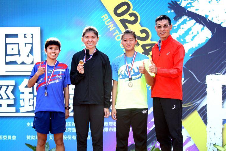 臺灣體大鄭宜瑄(左二)首次比1500m便奪金破大會,教練許績勝(右)也替她開心。林嘉欣/攝影。