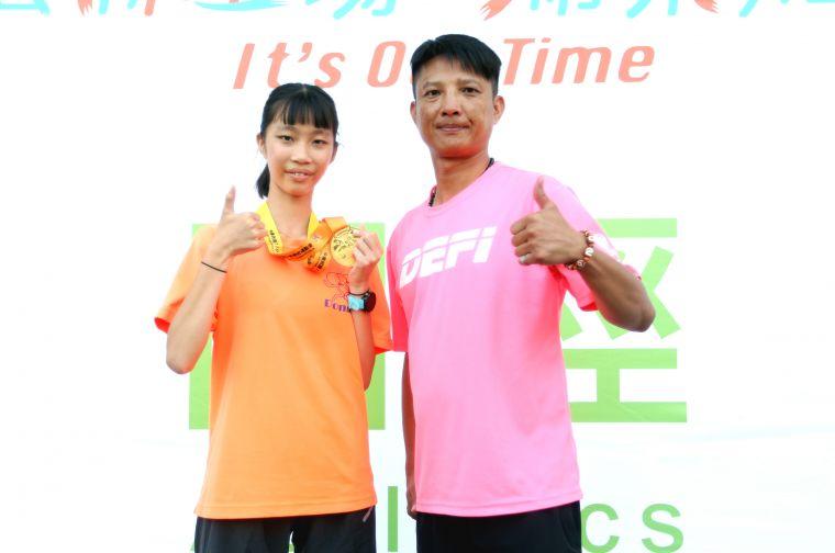 國女組5000公尺競走冠軍吳悦慈,是東和國中代課老師黃信遠所教出的第三位全中運金牌得主。林嘉欣/攝影。