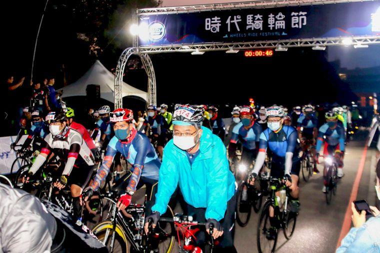 3500名車友一大清早集結在臺中市政府前廣場出發,一同力行「防疫新生活運動」、力挺單車全民運動。大會提供