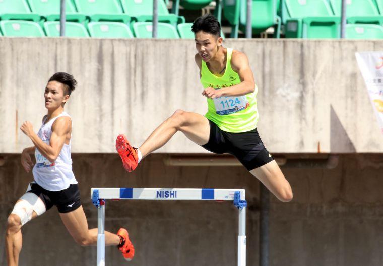 國立體大彭名揚在400公尺跨欄決賽以50.47奪金,並達標亞運和世大運。林嘉欣/攝影。