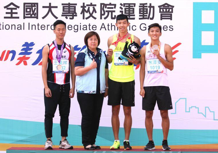 國立體大彭名揚(右二)在400公尺跨欄決賽以50.47奪金,並達標亞運和世大運。林嘉欣/攝影。