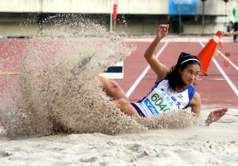 台灣體大林佳祐在公開女三級跳破大會。林嘉欣/攝影。