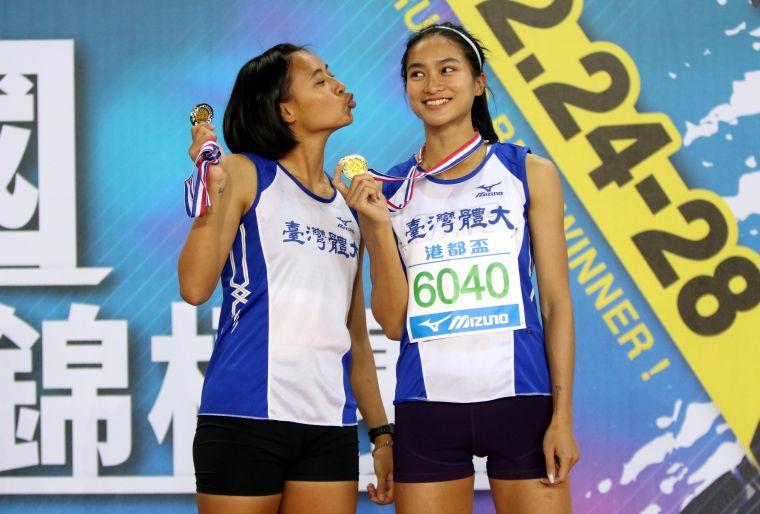 台灣體大林佳祐(右)在公開女三級跳破大會,和隊友蔡晴伃金包銀後開心拍kuso版合照。林嘉欣/攝影。
