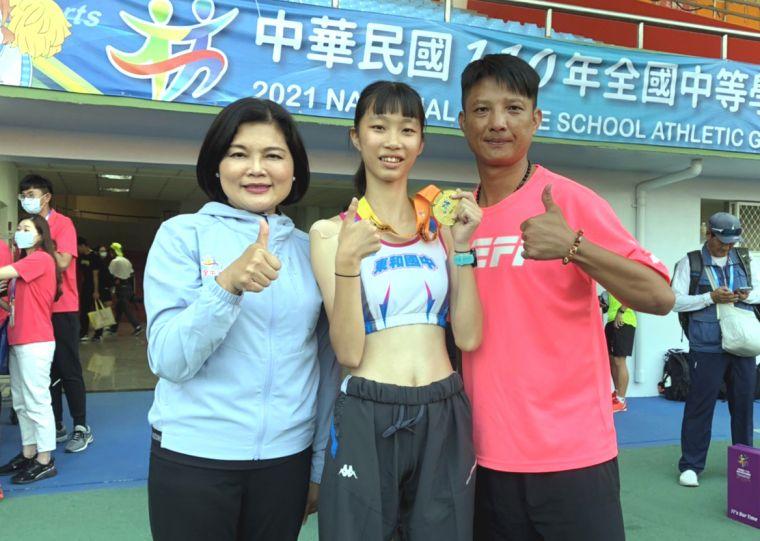 國女組5000公尺競走冠軍吳悦慈、教練黃信遠和雲林縣長張麗善合影。黃信遠/提供。