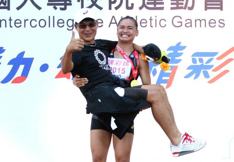 北市大學陳彩娟調皮地公主抱高中教練張勝煇。林嘉欣/攝影