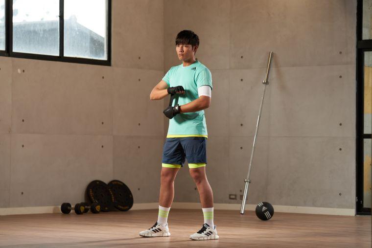 有「台灣特急」稱號的王維中換上涼夏配色的adidas HEAT.RDY運動上衣與短褲,吸濕排汗的科技面料輕鬆抵禦炎夏暑熱,在家也能清涼開練。官方提供