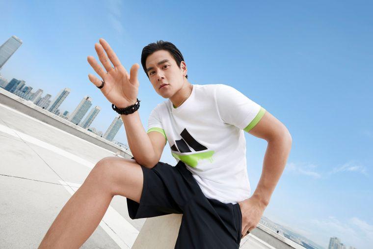 男神彭于晏身穿adidas全新夏日城市逆襲系列服飾,展現城市街頭時尚。官方提供