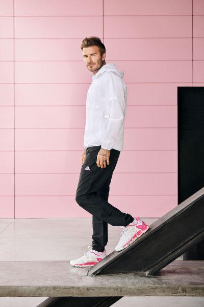 David Beckham演繹的adidas CLIMACOOL VENTO X Beckham以純白鞋身為基底,白色切割BOOST中底上揮灑螢光粉潑墨設計,為極簡外型畫上搶眼焦點。官方提供