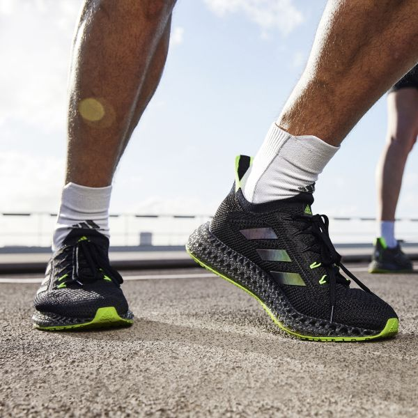 adidas 4D中底技術與上一代4D中底相比,提升超過三倍以上的極致推進力,提供跑者輕盈以及前所未有的腳感回饋。官方提供