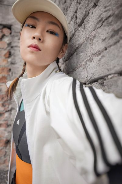 adidas Future Icons女款外套背後延伸至袖口的經典三線設計,瞬間升級運動潮流感。官方提供
