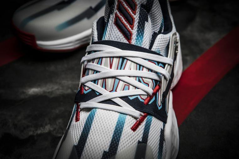 "adidas Harden Vol.4 ""Dynasty""雙足鞋面中段印有「DYNASTY」字樣,致敬當年叱吒NBA戰場的移動長城世代。官方提供"