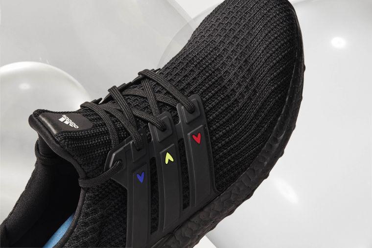 adidas Ultraboost DNA情人節限定跑鞋在三線標誌及外側BOOST中底上點綴俏皮的彩色愛心圖樣。官方提供