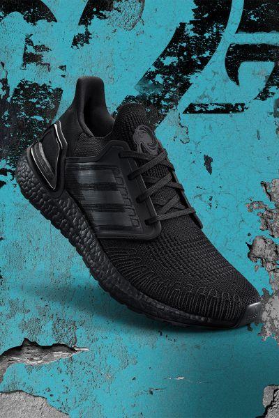 adidas X James Bond系列鞋款推出純黑配色,以黑魂貫穿Primeknit鞋面與BOOST中底,致敬身著全黑燕尾服的James Bond形象。官方提供