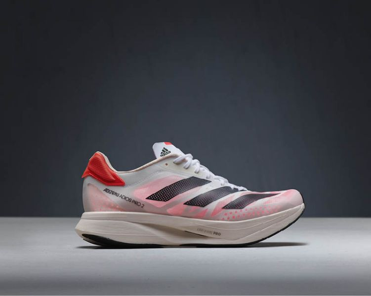 adidas向全球跑者獻上升級之作:adizero adios Pro 2。一上市即助頂尖選手於今年度全球體壇盛事馬拉松項目贏得指標性勝利。官方提供