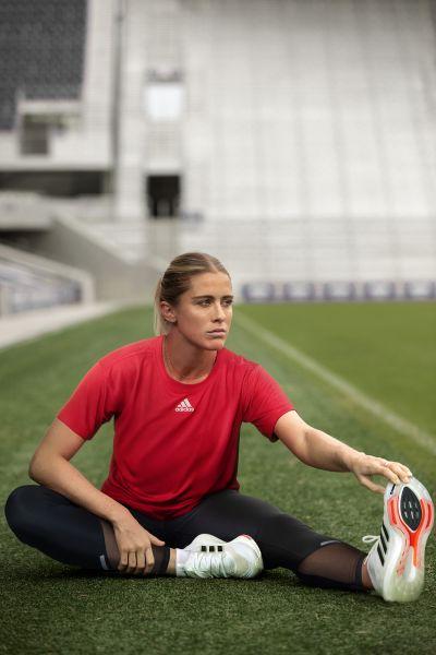 adidas女款HEAT.RDY寬版運動上衣在下襬處拼接網格透膚面料,讓運動時產生的熱氣能更快排出,修身俐落的剪裁,拉長整體線條比例。官方提供
