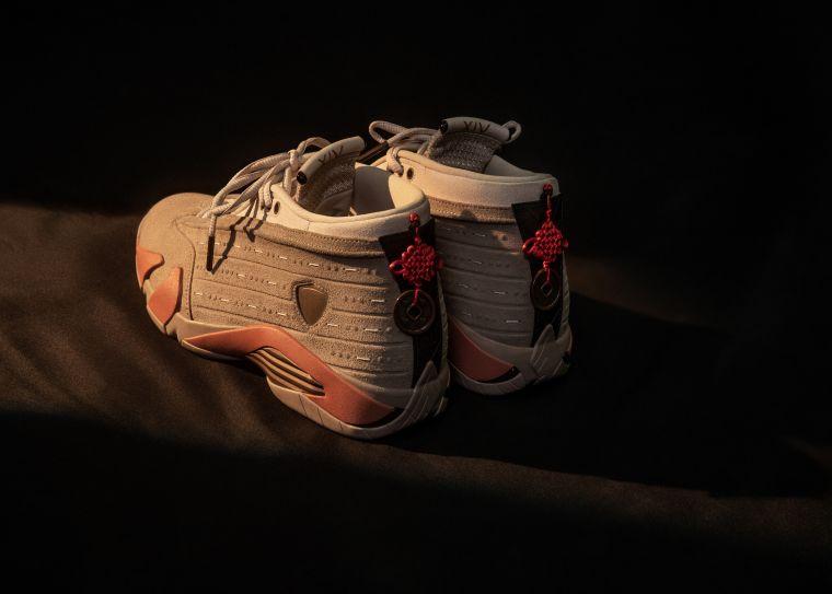 """後跟配有中國結及錢幣裝飾,象徵著傳統文化中的 """"吉祥如意""""。官方提供"""