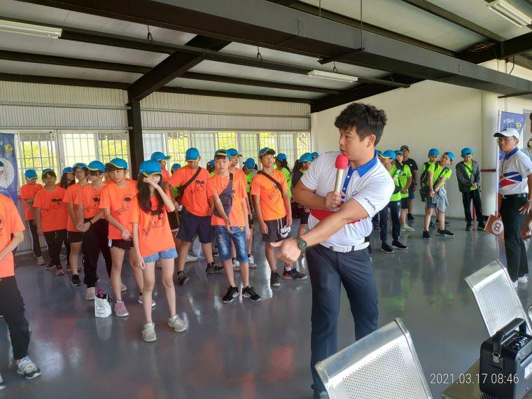 總教練陳伊晨示範講解。中華高協提供