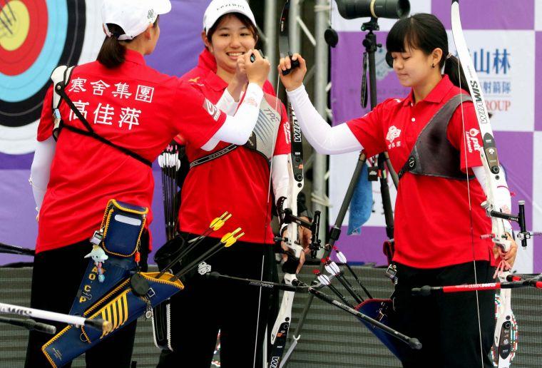 寒舍集團謝佩涓(中)和隊友互相打氣。中華企業射箭聯盟/提供。