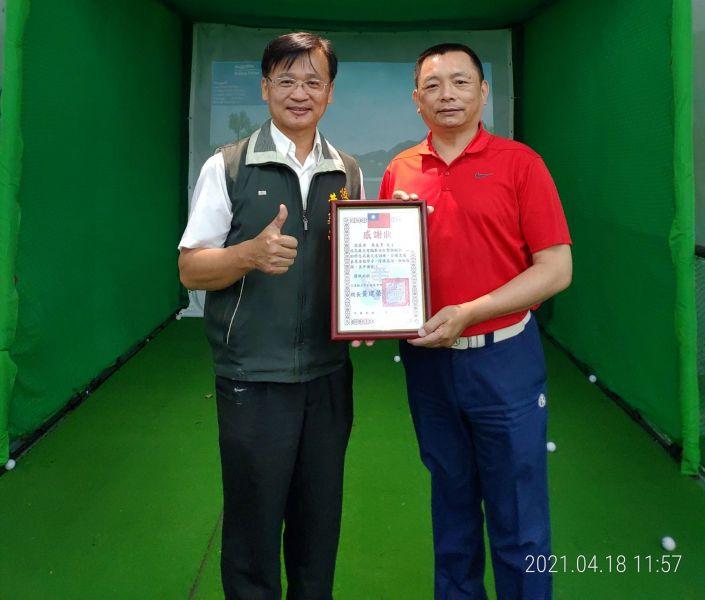台北市高協理事長吳見亨(右)致贈花蓮縣壽豐鄉平和國中電子擊球模擬設器材一套,由校長黃建榮校長(左)接受。花蓮高爾夫委員會提供
