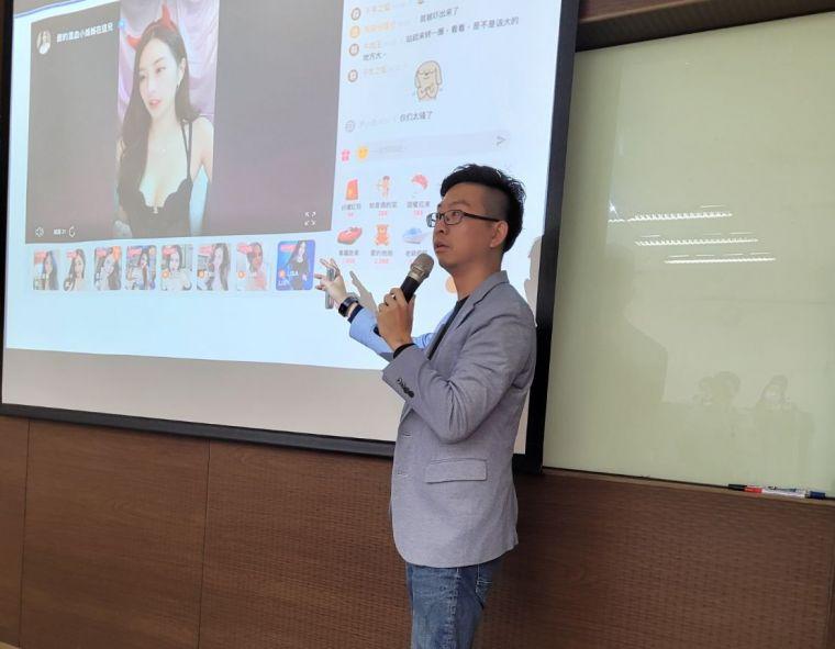 中華民國運動賽事分析師協會講習課程中,胡彥博講師授課方式豐富有趣。取自臉書)