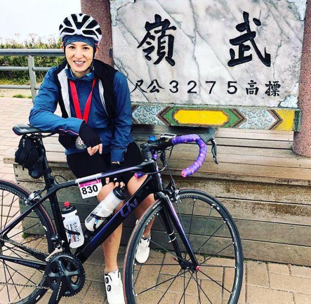 夏嘉璐開心在武嶺牌樓前拍照。取自/夏嘉璐臉書。