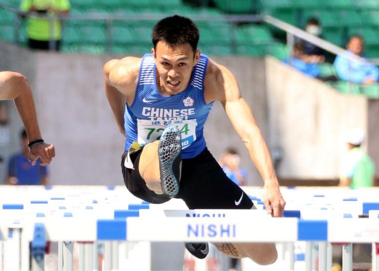 港都盃田徑賽公開男110公尺跨欄決賽,奧運培訓隊陳奎儒再破大會。林嘉欣/攝影。