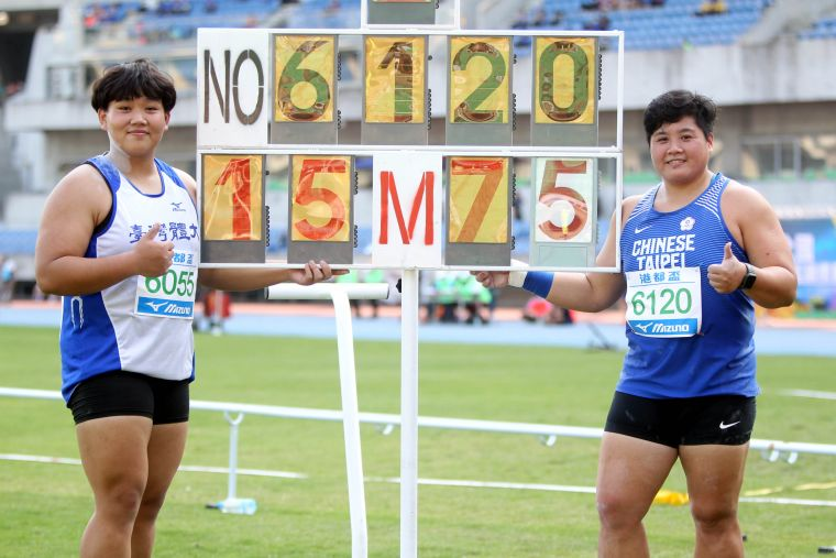 公開女鉛球決賽,「阿牛」林家瑩(右)和小18歲的郭姵妤都破大會。林嘉欣/攝影。
