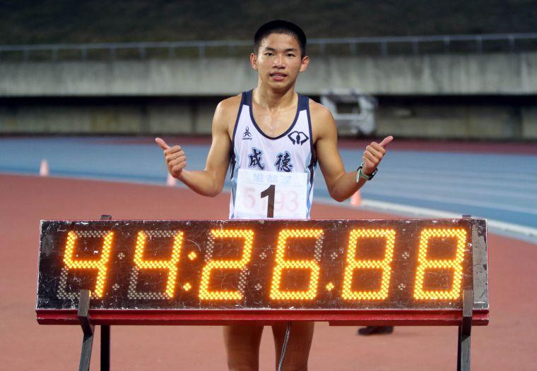 高男10000公尺競走決賽,竹市成德高中詹泳逵44:26.91破大會。林嘉欣/攝影。