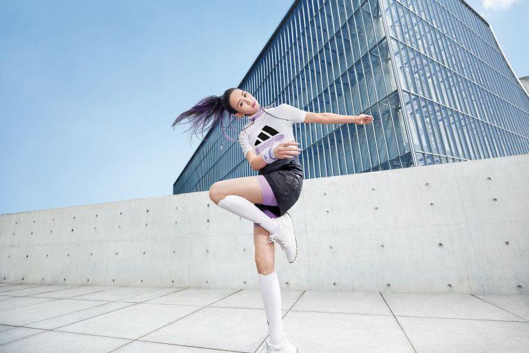 女神張鈞甯穿上adidas夏日城市逆襲系列服飾,打造逆天比例,變身仙氣運動精靈。官方提供