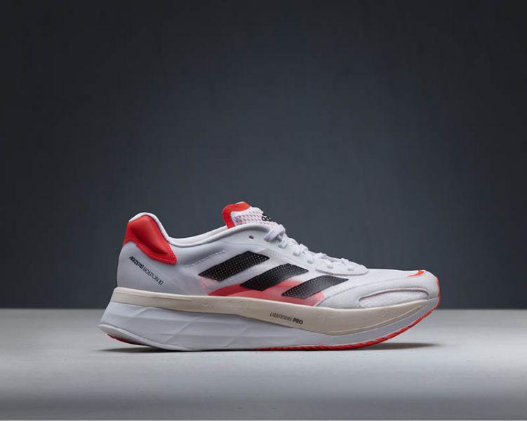 新款adidas adizero Boston 10首度捨棄BOOST中底,以LightstrikePRO與LIGHTSTRIKE雙中底科技打造全新增厚中底。官方提供