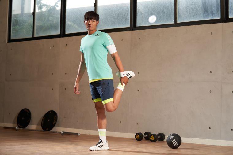 王維中下著的adidas HEAT.RDY湛藍色短褲採用相同的抗撕彈性布料,加強臀部延伸至大腿前側布料散熱效果,讓運動更舒適自在不受限。官方提供
