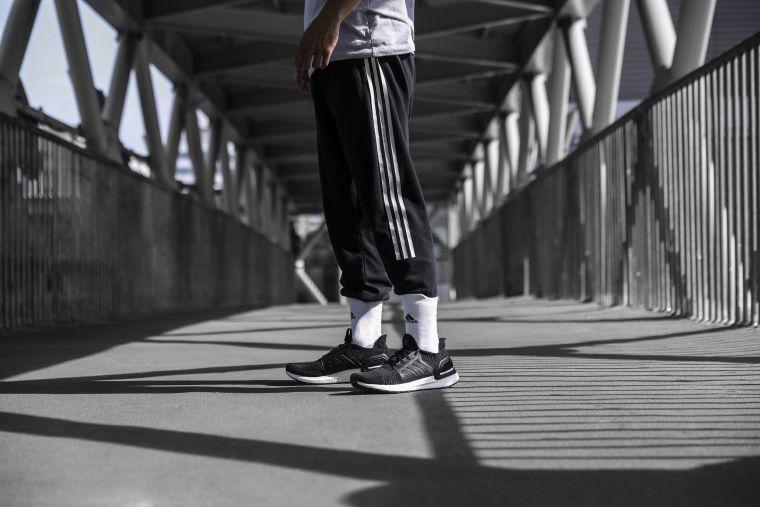 經典不敗的Ultraboost 19全黑配色,突顯個人不凡品味,滿足忠於自我的穿搭需求。adidas提供