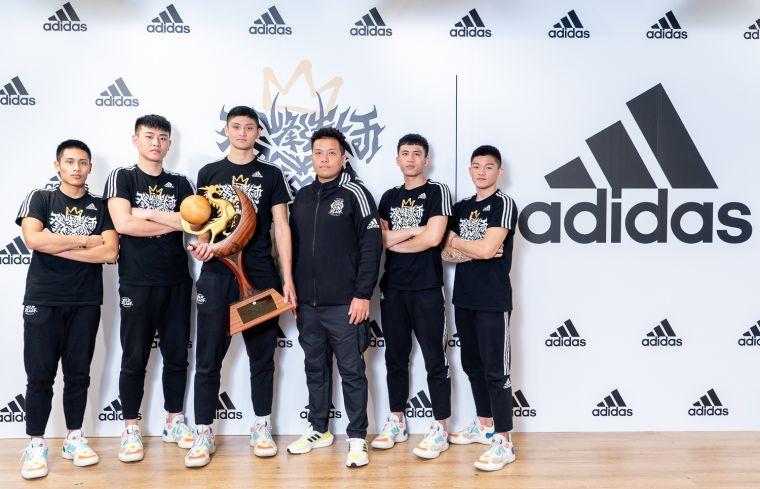 4. 限時免費燙印adidas X泰山高中「冠軍LOGO」服務,邀請泰山球迷與籃球愛好者一同見證重要里程碑。官方提供