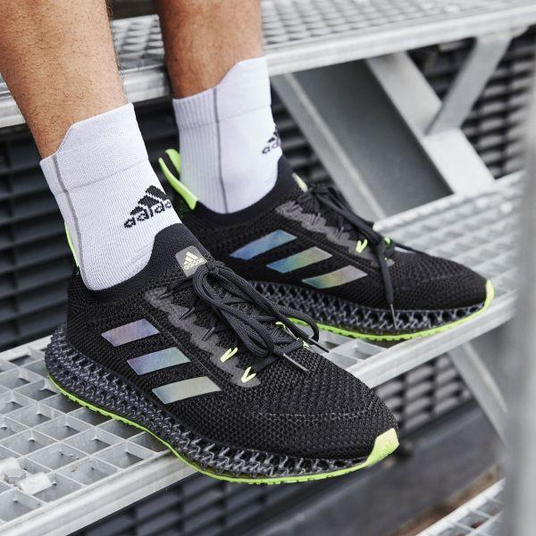adidas 4DFWD系列黑魂跑鞋,採用最新3D列印4DFWD科技中底,成就品牌科技跑鞋最強代表,上腳立即成為校園目光焦點。官方提供