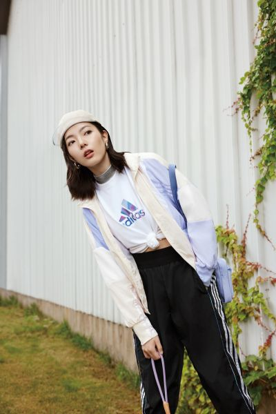 adidas Outer Jacket女款風衣外套以薰衣草紫與米色拼接,打造秋日的清新感,前短後長的下襬剪裁具有修飾身形的效果。官方提供