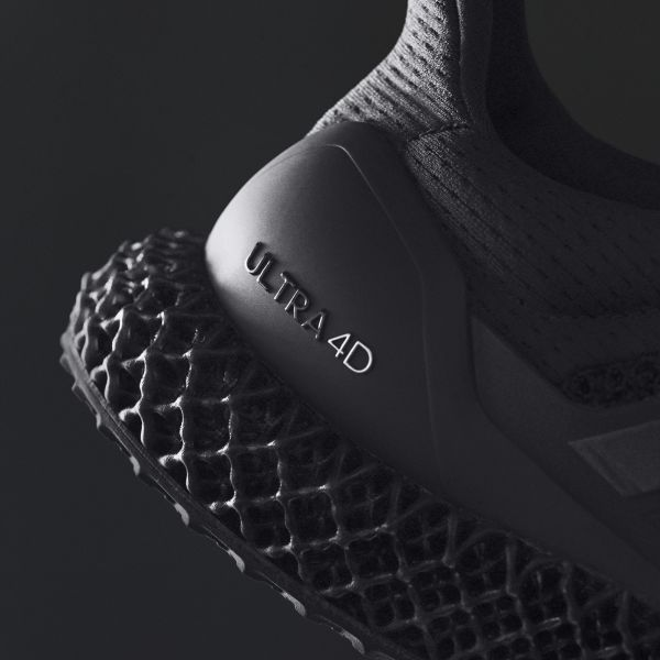 adidas ULTRA4D Triple Black於鞋跟TPU支撐結構低調壓上「ULTRA4D」字樣讓鞋款旗艦身分不言自明。官方提供