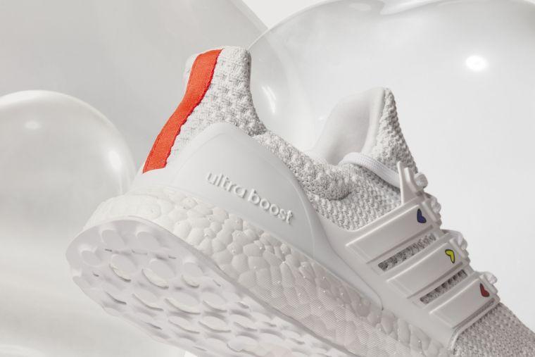 adidas Ultraboost DNA情人節限定跑鞋,選用穿搭必備的黑、白貫穿Primeknit鞋面與BOOST中底,搭配鞋後跟一抹紅色跳色設計,豐富整體視覺。官方提供