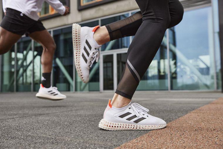 adidas最新革命性跑鞋adidas 4DFWD、同時披上Tokyo Pack限定配色,全白鞋身搭配鞋側黑色三線標誌,簡單俐落且百搭。官方提供