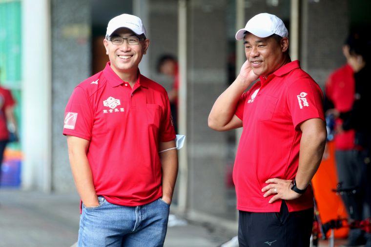 寒舍集團董事長蔡伯翰(左)到場加油,右為寒舍教練郭振維。中華企業射箭聯盟/提供。