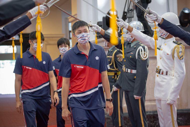 東奧選手走過儀隊。總統府提供