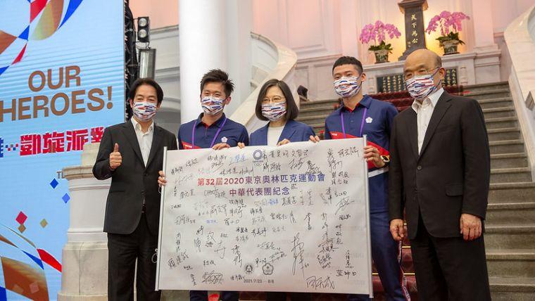 李智凱(左2)、湯智鈞(右2)與總統合照。總統府提供