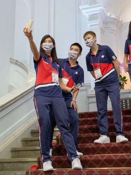 東奧選手在總統府內自拍。總統府提供