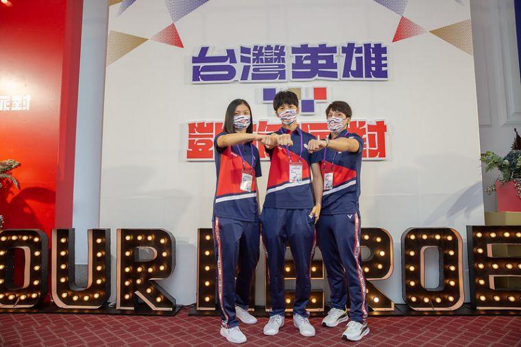 東奧女子拳擊陳念琴(右起)、林郁婷和吳詩儀。總統府提供