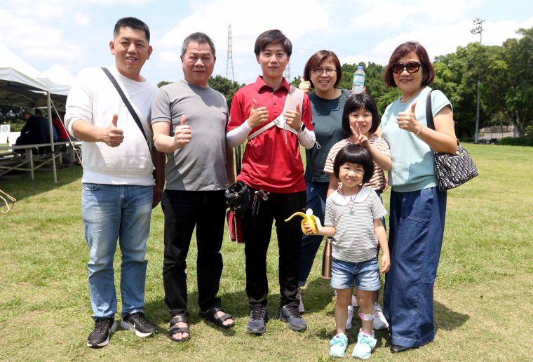 家人到場為新北凱撒隊雷千瑩加油。中華企業射箭聯盟/提供。