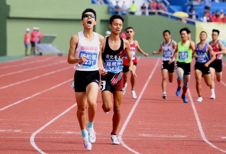 過嶺國中陳柏翊在全中運國男800公尺決賽以1:55.28破大會奪金。林嘉欣/攝影。