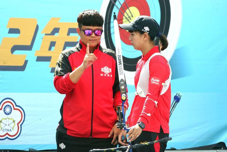 寒舍集團林佳恩和教練袁叔琪。中華企業射箭聯盟/提供。